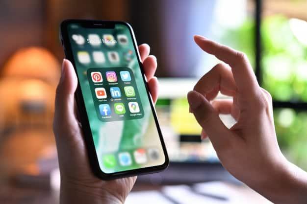 celular social media produtividade trabalhando em casa home office