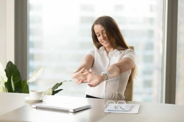 espreguiçando alongamento exercicio fisico para aumentar o bem-estar e a produtividade trabalhando em casa