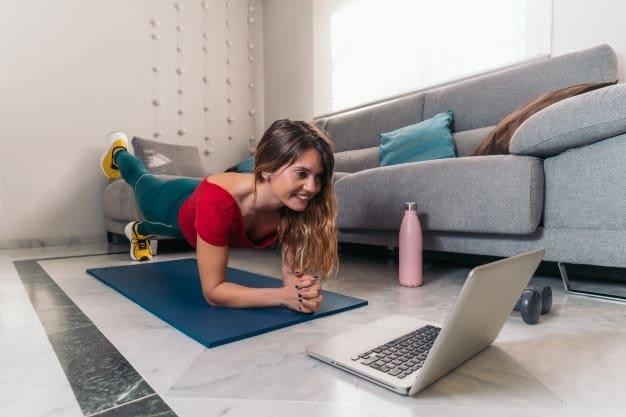 exercício físico para aumentar o bem-estar e a produtividade trabalhando em casa yoga na internet