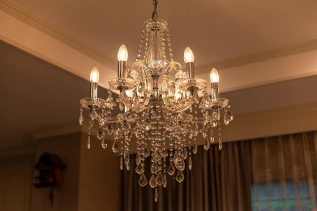 lustres e pendentes na sala de jantar cristais e candelabro sofisticado