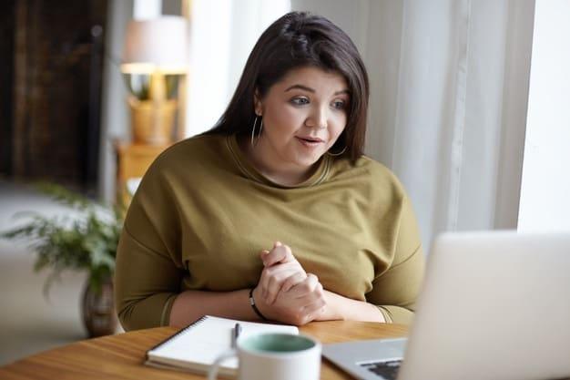 mulher falando em reunião online produtividade trabalhando em casa