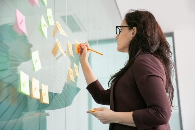 mulher fazendo um planejamento a mão produtividade trabalhando em casa home office