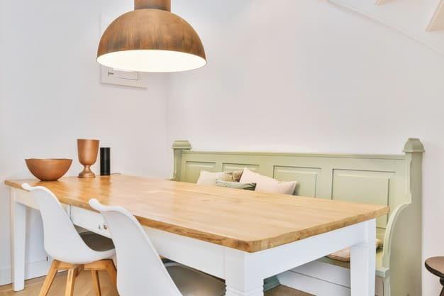 pendentes na sala de jantar de madeira